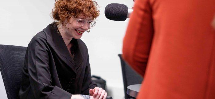 Eva Waterbolk: 'Huilpop is popmuziek die best een beetje grappig mag zijn maar waar mensen ook bij moeten huilen.'